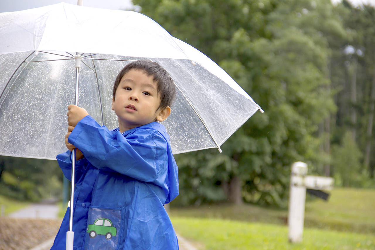 子どもの傘はいつからが良い?使用する時期や選び方と使用時のマナー