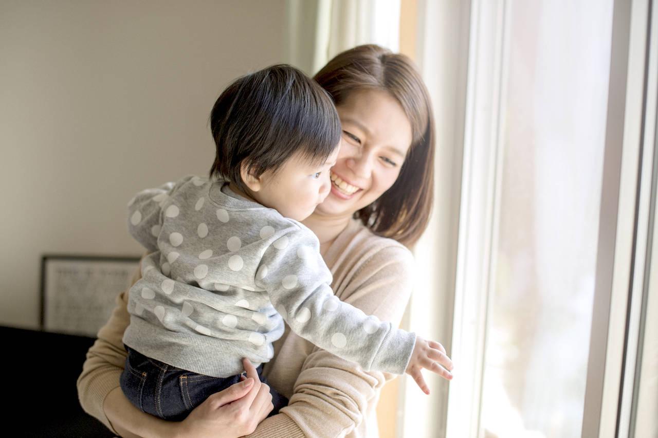 赤ちゃんを安心させる抱っこの重要性。正しく抱っこするコツ