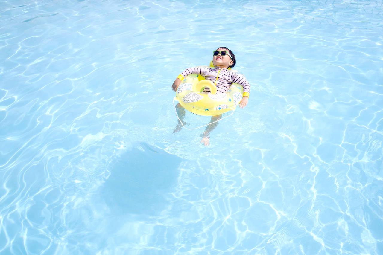 子どものプール用浮き輪の選び方。安全に使うための注意点や種類