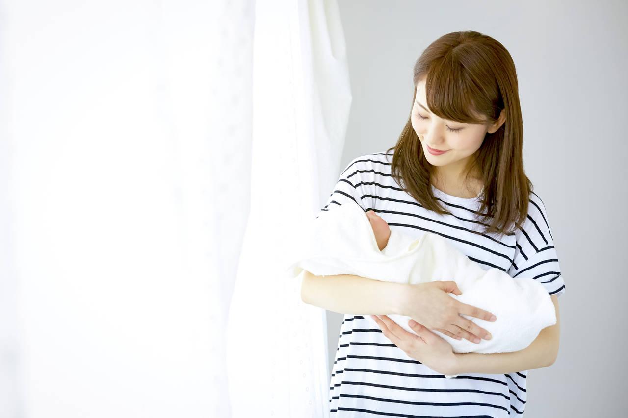 赤ちゃんを抱っこすると得られる効果とは?抱っこ方法と注意点を紹介