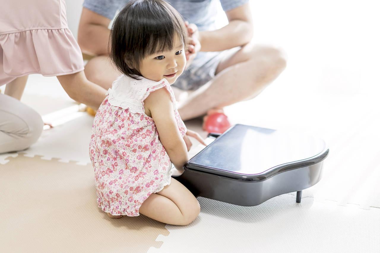 赤ちゃんはピアノでいつから遊べる?音楽好きな子を育てる方法