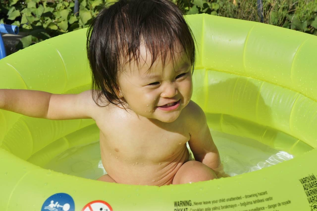 赤ちゃんを家のプールに入れよう!必要な準備と注意したいこと