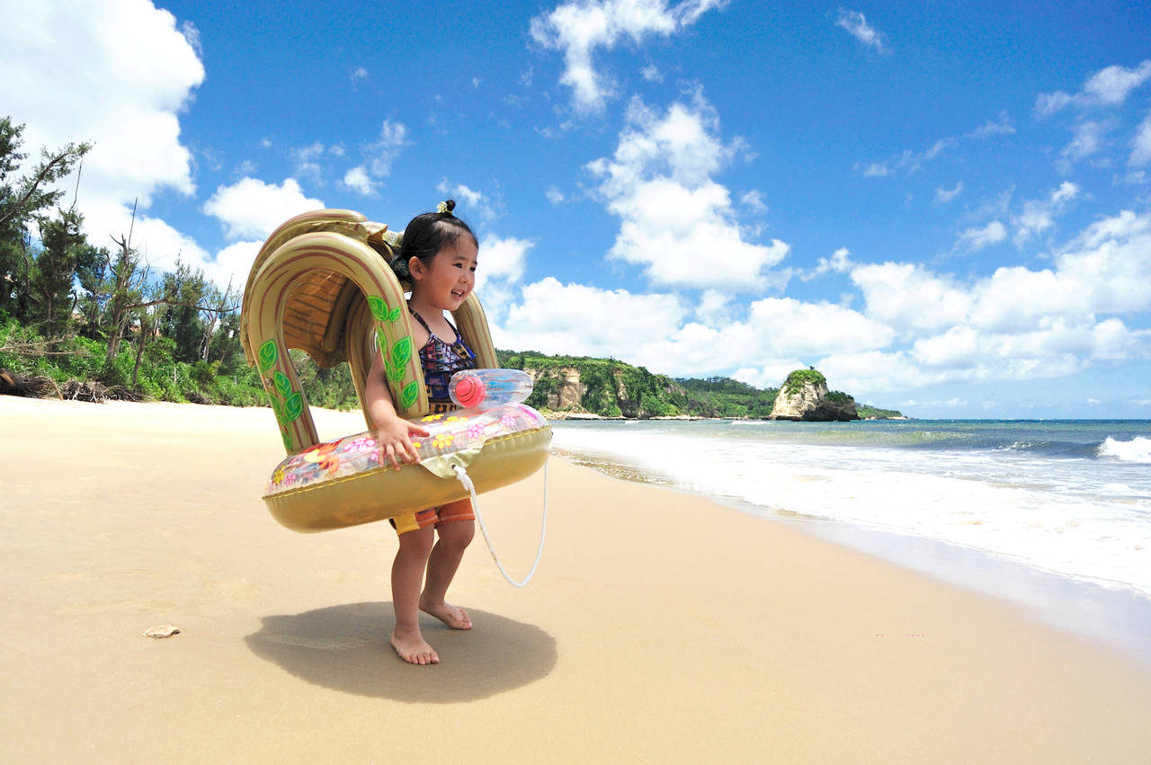 子どもの海デビューに浮き輪を買いたい!年齢別の選び方と注意点