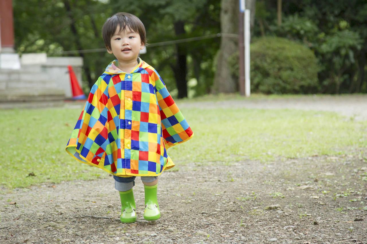 子どものレインコートとポンチョ。用途による違いやおすすめを紹介