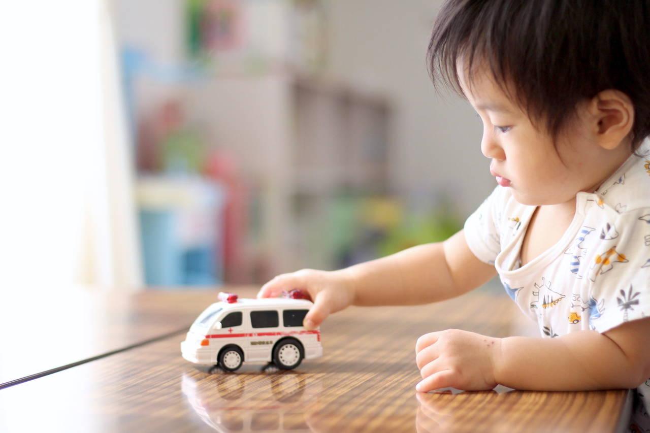 子どもが大好きな車のおもちゃ。選び方や年齢別のおもちゃをご紹介
