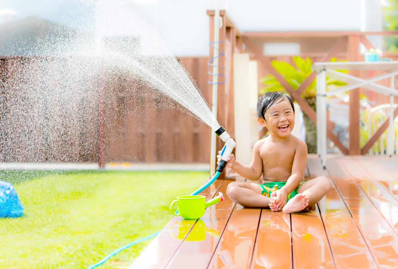 幼児期に水遊びのすすめ!簡単おもちゃの作り方や水遊びの注意点