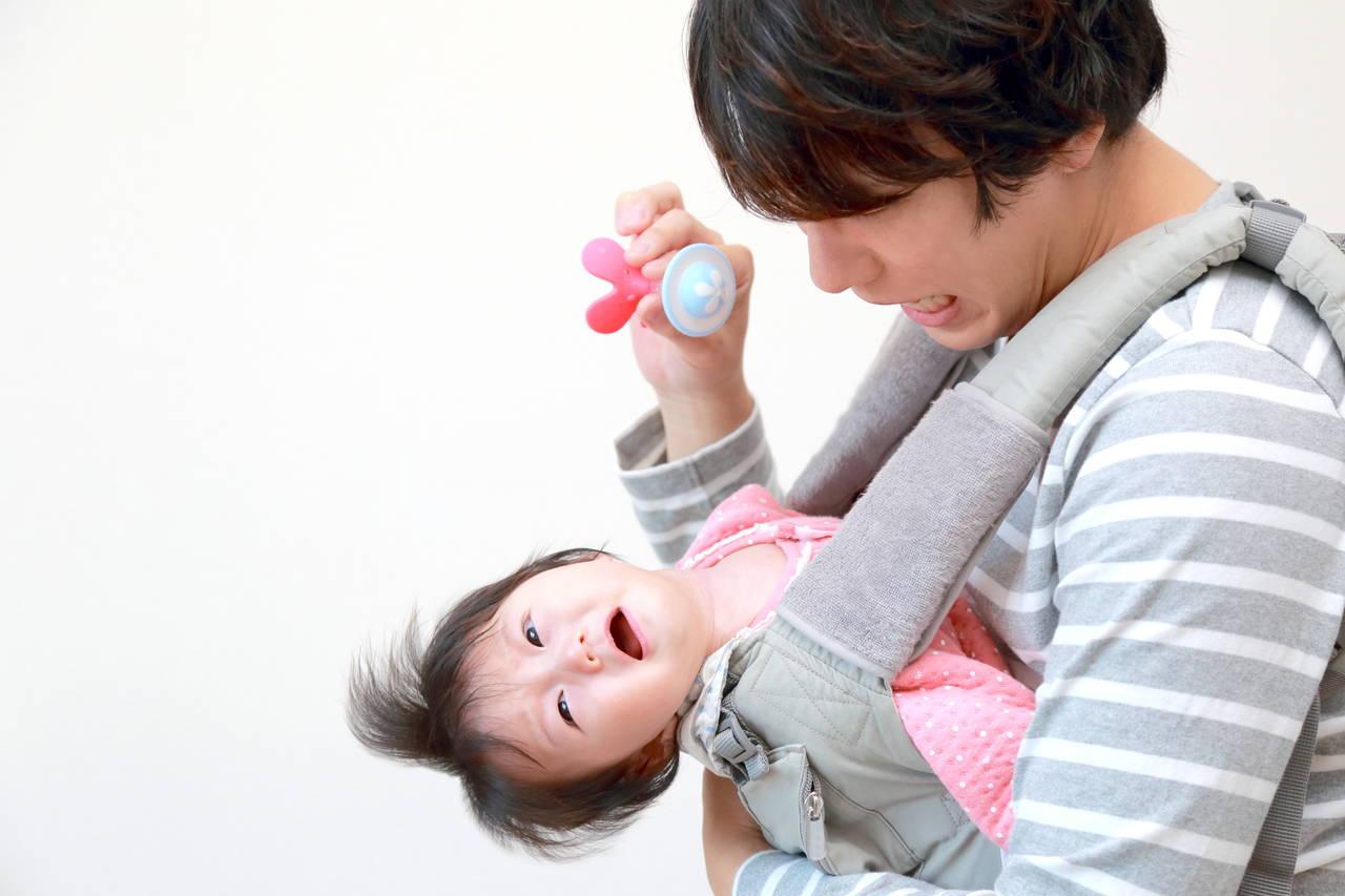 ママじゃないと嫌がる赤ちゃんの抱っこ。原因や慣れさせる方法