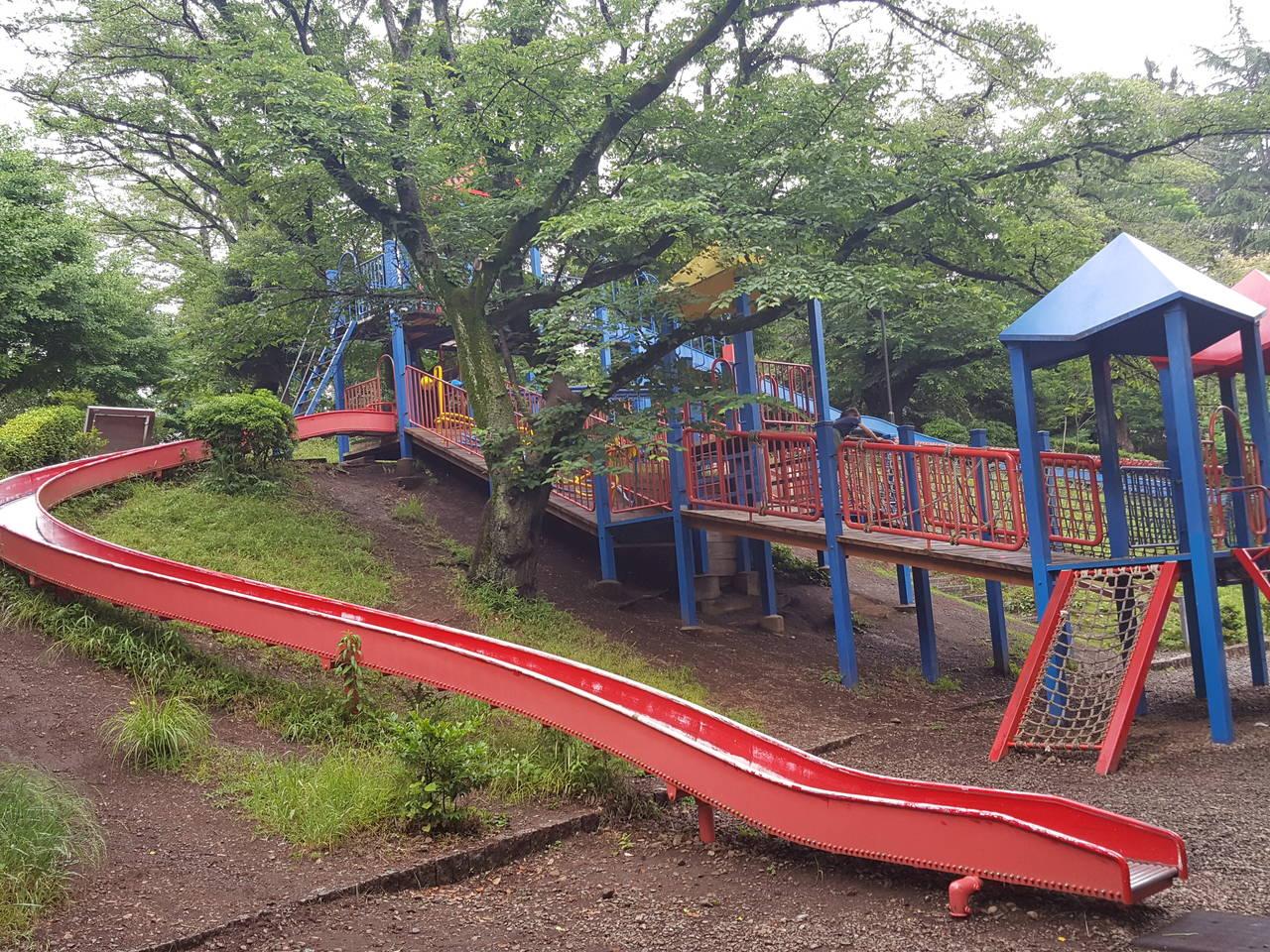 【東京】大型複合遊具から左右に伸びるローラーすべり台「福生公園」