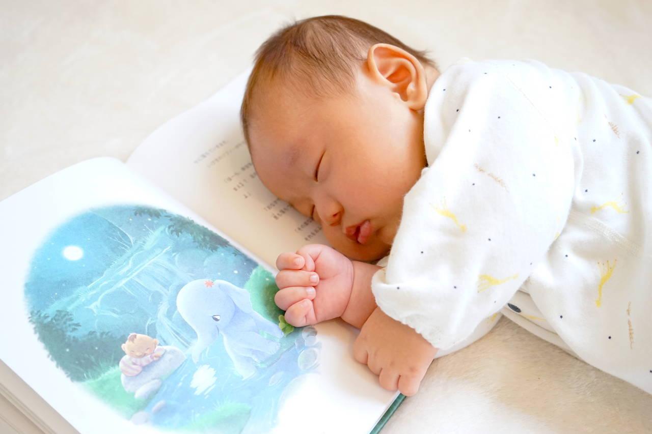 赤ちゃんが寝る前に絵本を読み聞かせ。与える効果やコツを紹介。