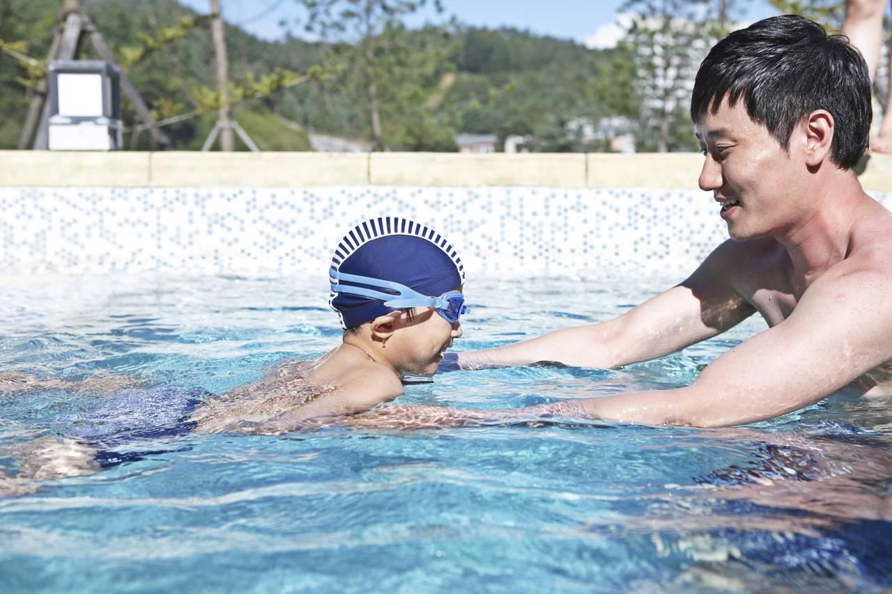 子どもにプールの楽しさを教えよう!親子で楽しくプールデビュー