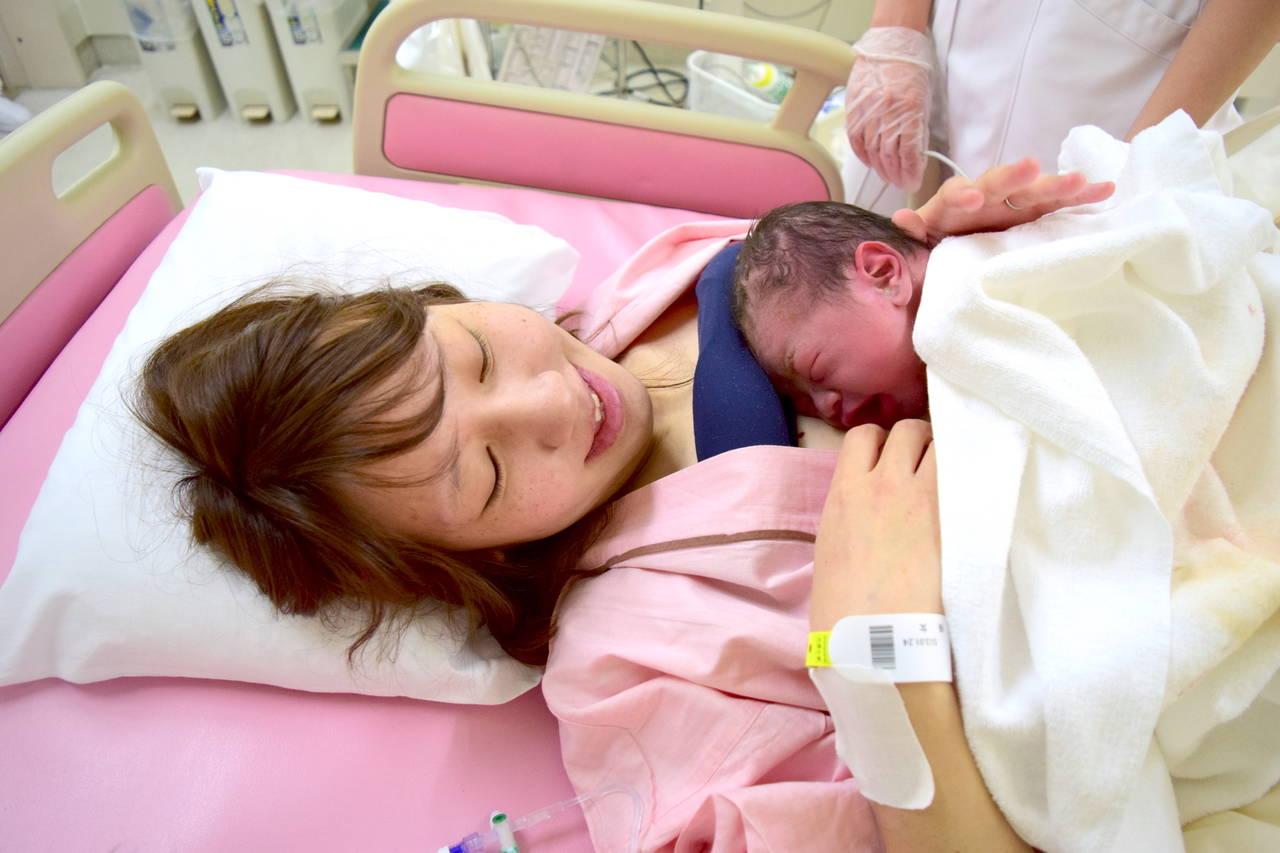 出産後に赤ちゃんを抱っこしよう!カンガルーケアや抱っこのコツは?