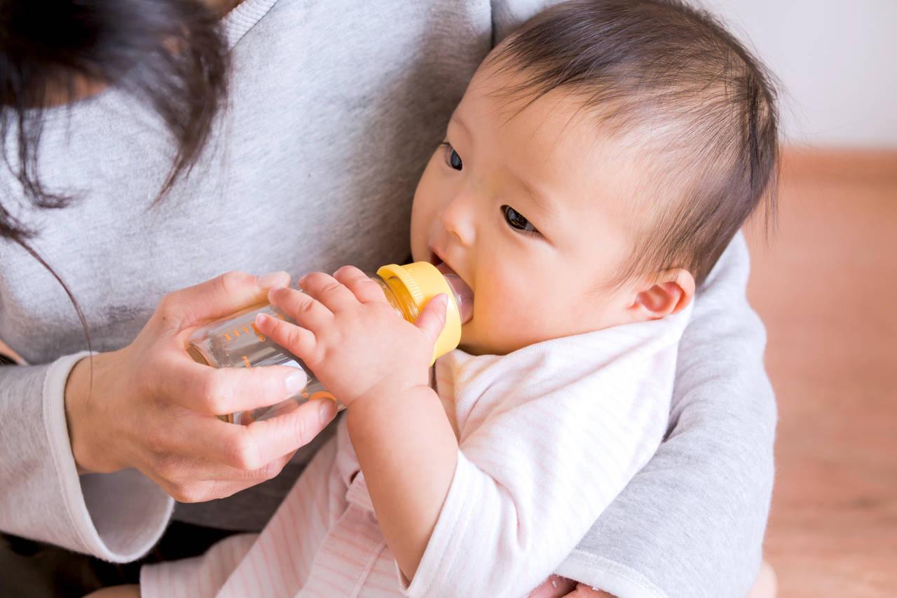 赤ちゃんは麦茶をいつから飲める?飲ませ方や注意点について