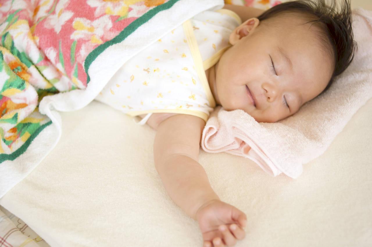 寝ながら笑う乳児は夢をみてる?夢をみるメカニズムと乳児の夢遊病