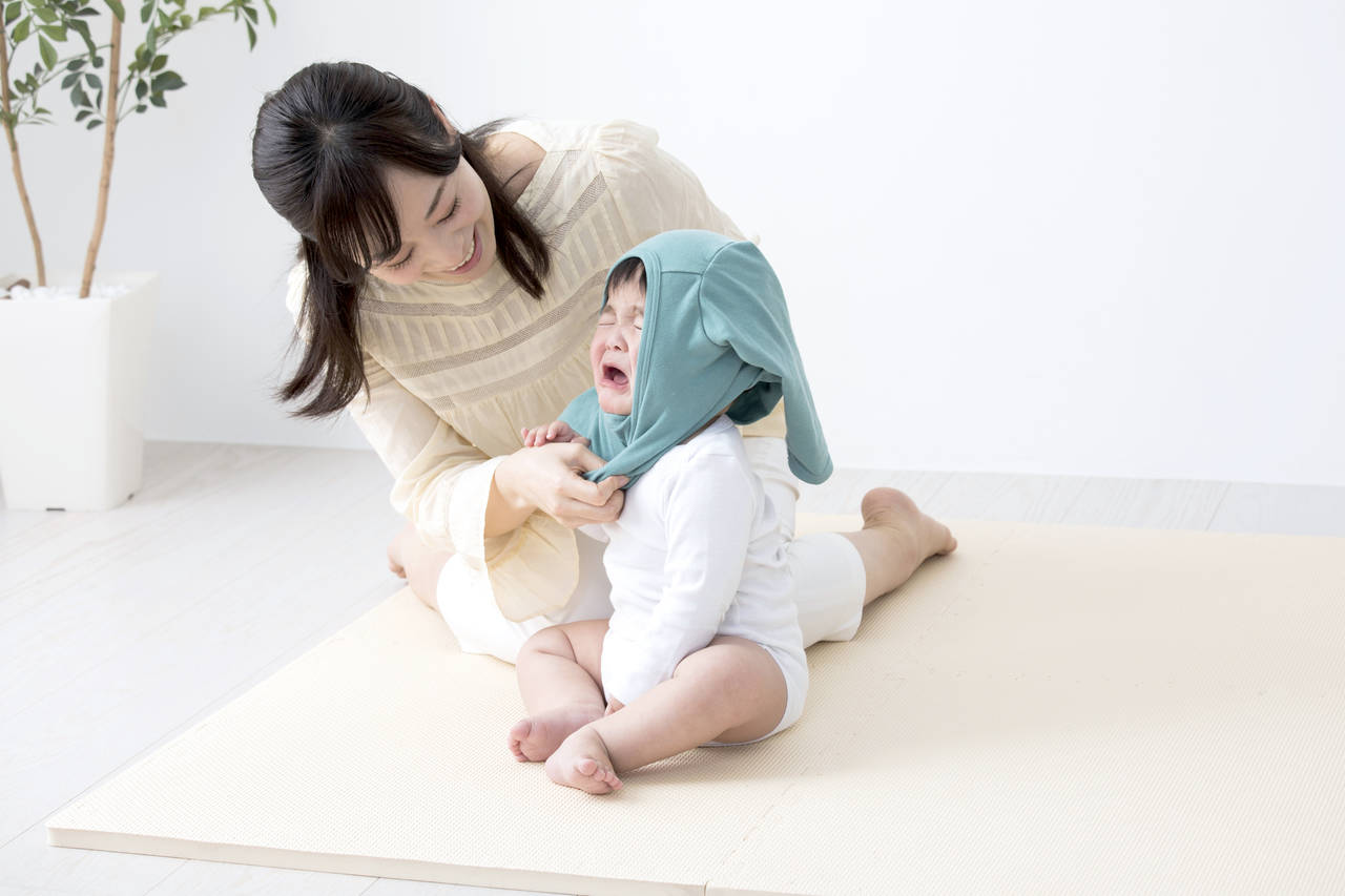 乳児が着替えで泣くのは理由があった!スムーズなお着替えのコツとは