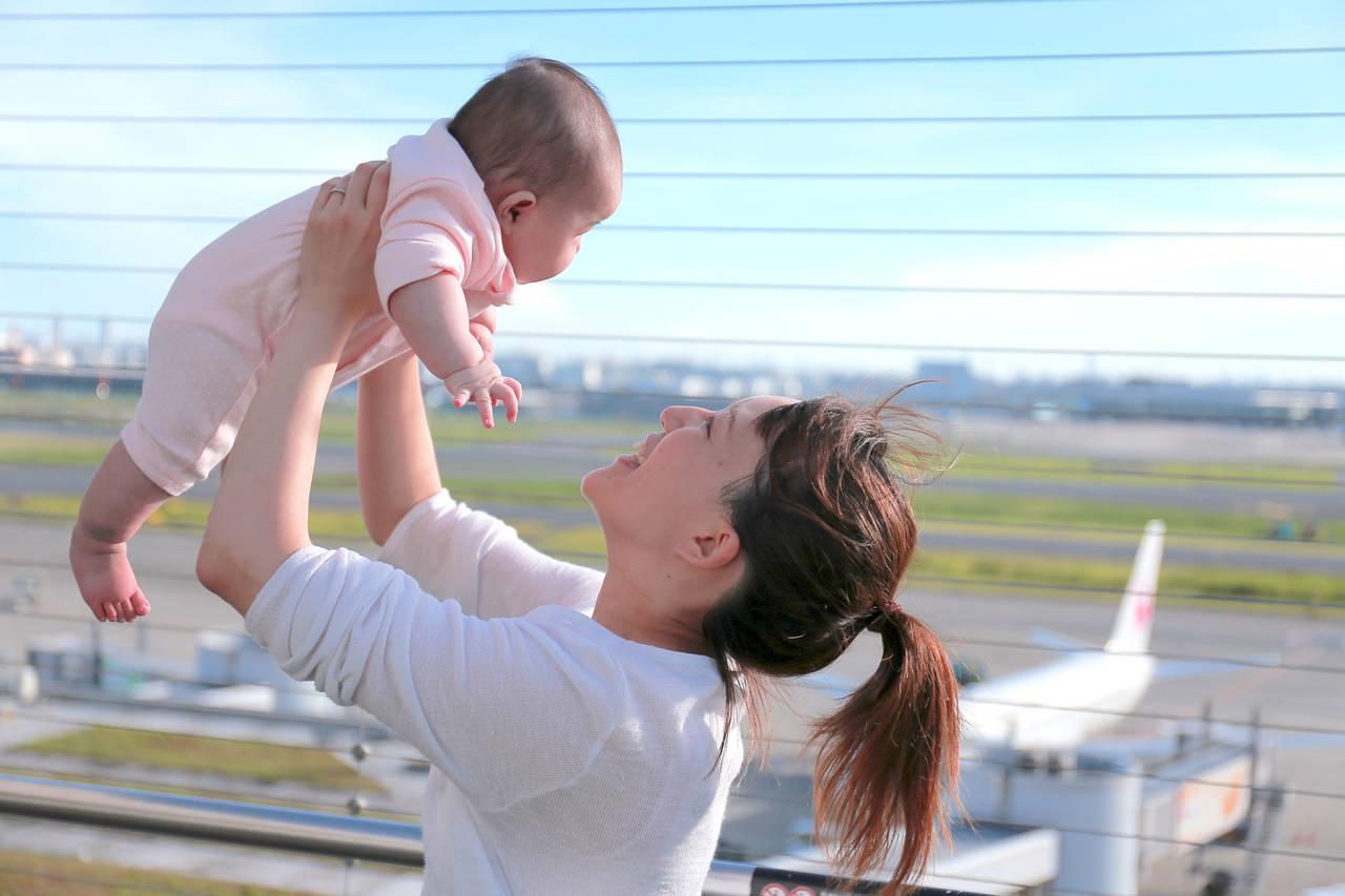 乳児はいつから飛行機に乗れる?料金や座席、乗るときの注意点