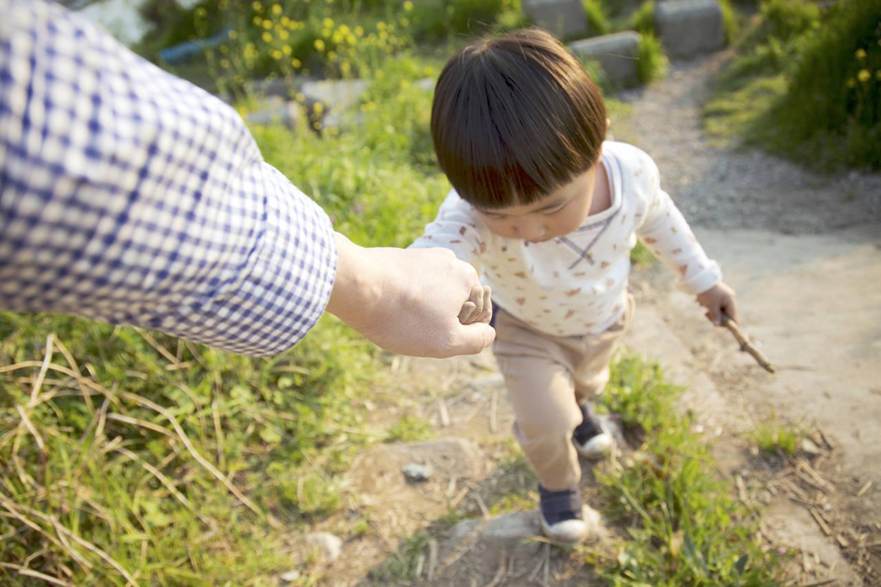 幼児と散歩に出かけよう!メリットや雨の日の対策と散歩を楽しむ方法