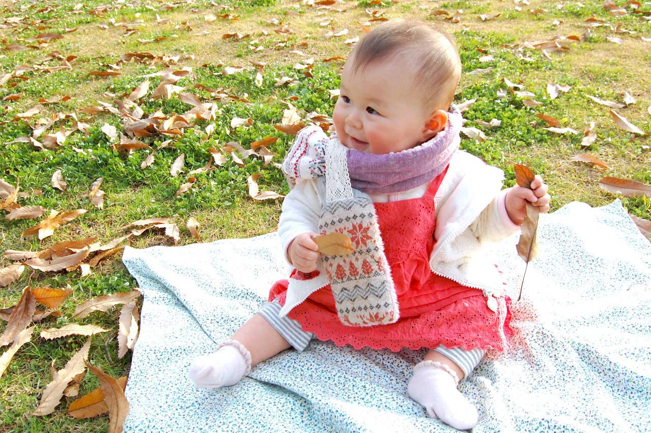 秋の公園は赤ちゃんも大好き!お出かけの注意点と冷え対策アイテム