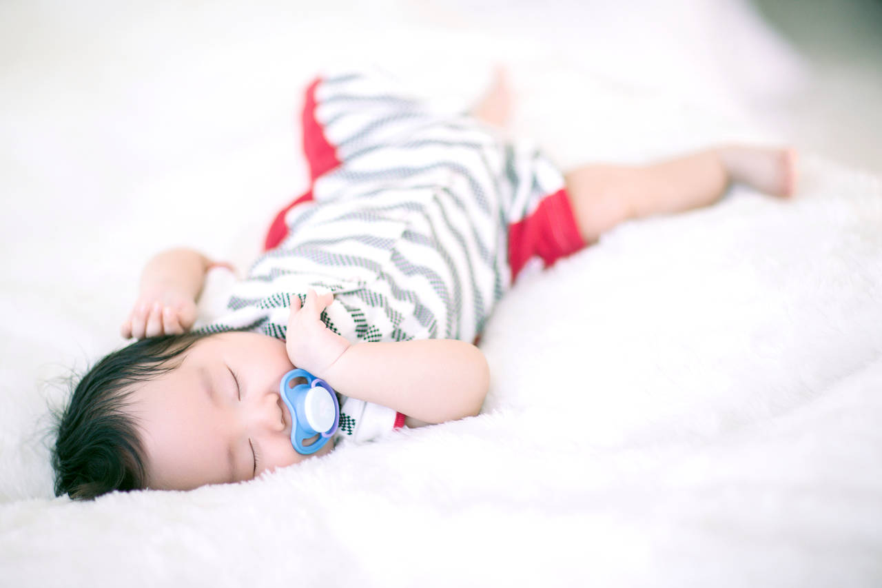 赤ちゃんの寝る時間はどのくらい?月齢別の睡眠の特徴と対処法