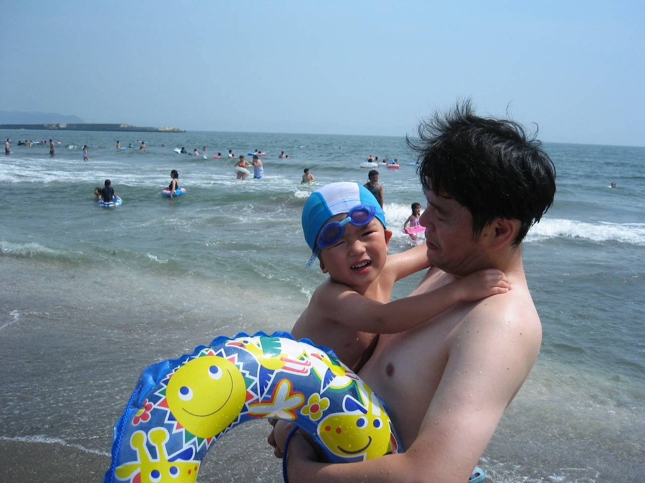 子どもが海に入るのを怖がる!理由や便利アイテム、克服する方法