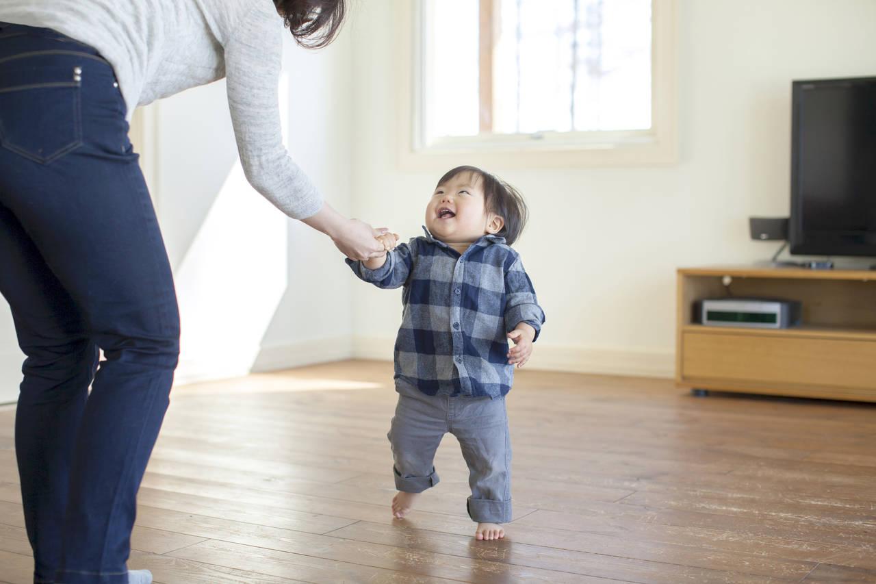 子どもと歩く練習をしてみよう!無理のない範囲で楽しく挑戦する方法