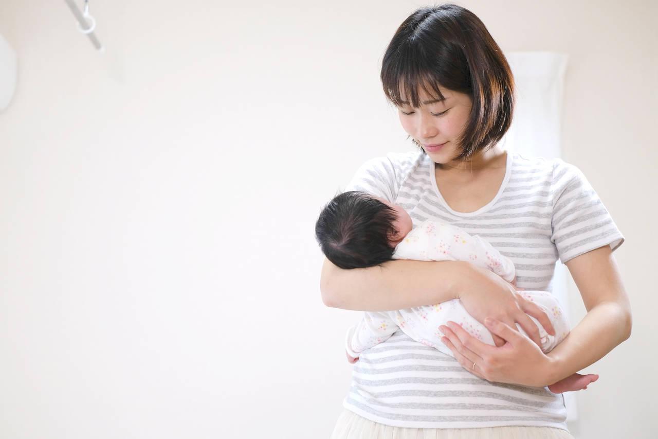新生児の抱き方のコツや注意点。成長に合わせた抱き方やゲップのさせ方