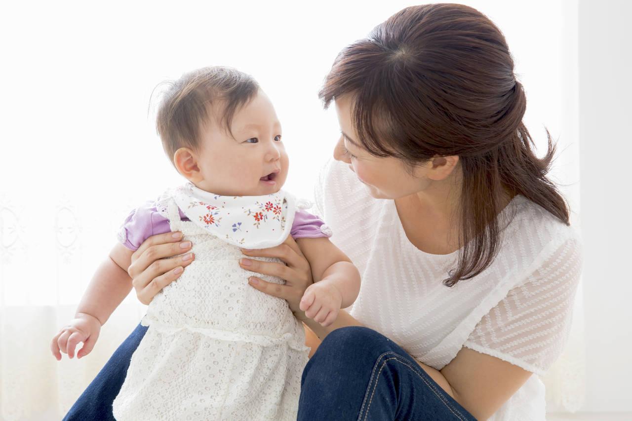 赤ちゃんはいつからしゃべるの?しゃべり始めた赤ちゃんへの接し方