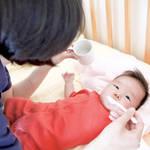 新生児に白湯を与えるタイミングとは?白湯の効果と与え方のポイント