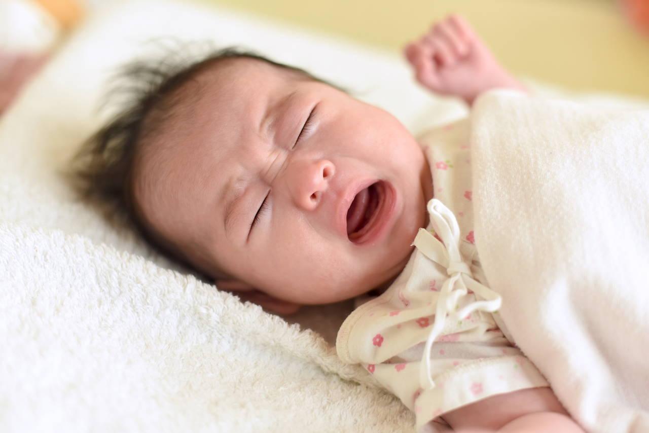 寝ている赤ちゃんが突然泣く理由。寝言泣きの見分け方と正しい対処法