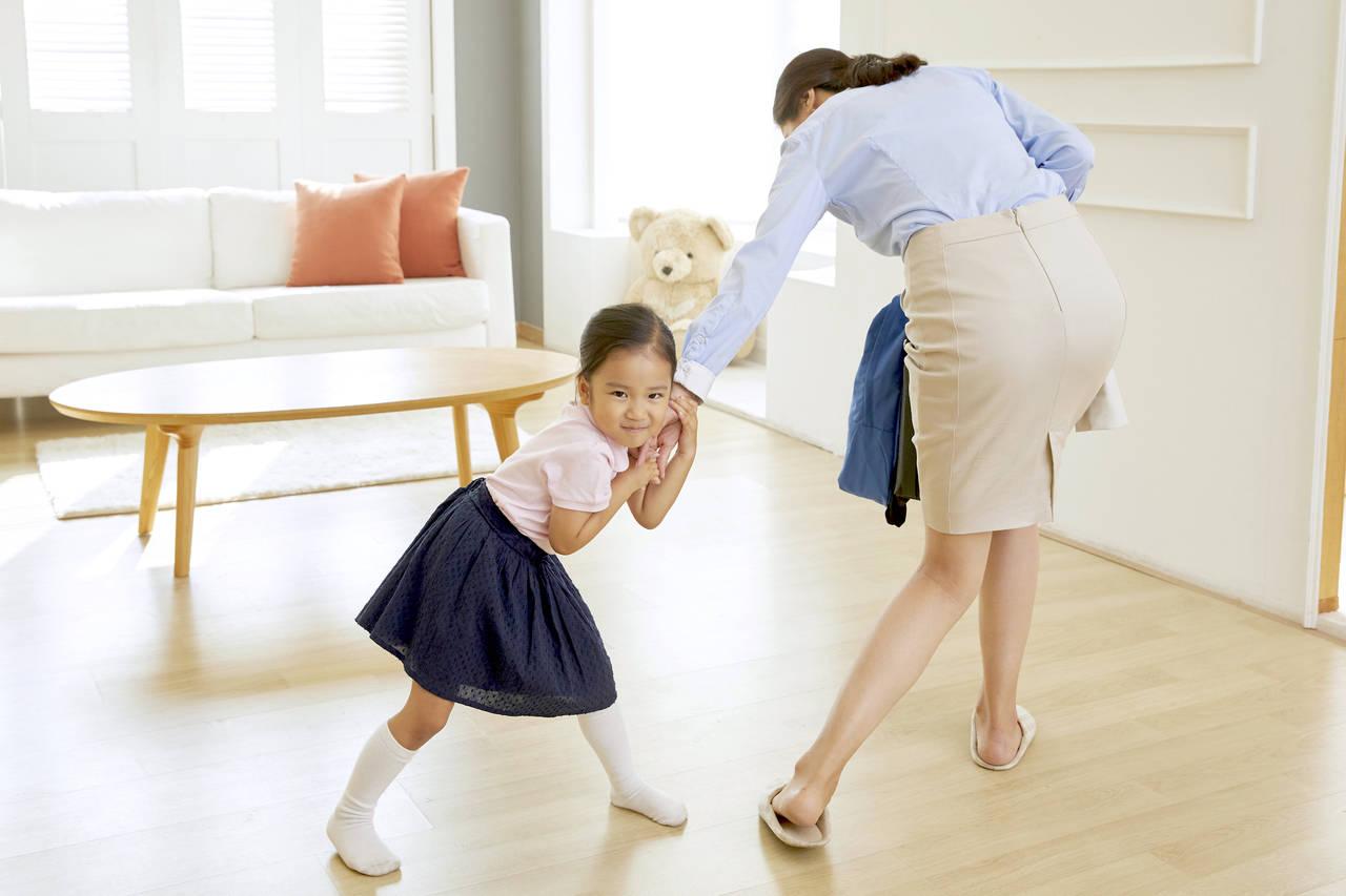 幼稚園へ登園しぶる子どもに不安なママ。行きたがらない理由や対処法