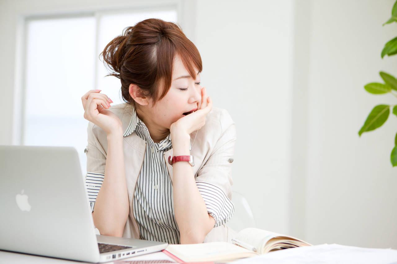 生理で仕事中眠くて辛い!睡魔撃退方法と眠くならないためのコツ