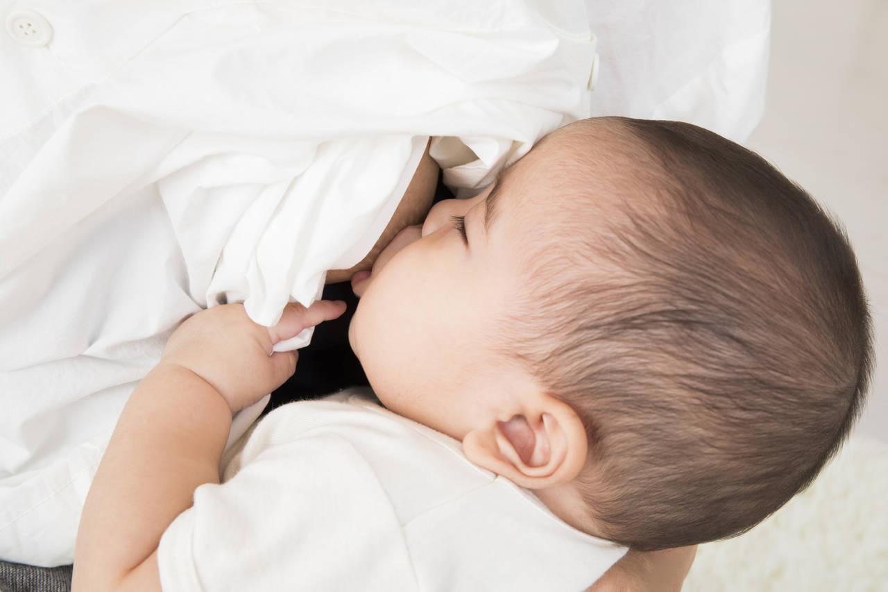 赤ちゃんが母乳を飲みながら寝てしまったら?ゲップや哺乳量の考え方