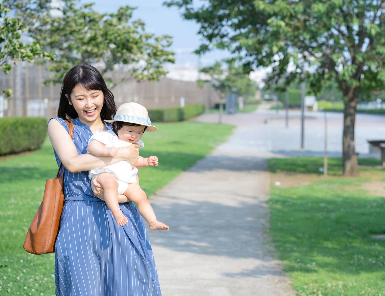 赤ちゃんと散歩を楽しもう!必要な持ち物や季節ごとの出かける時間帯