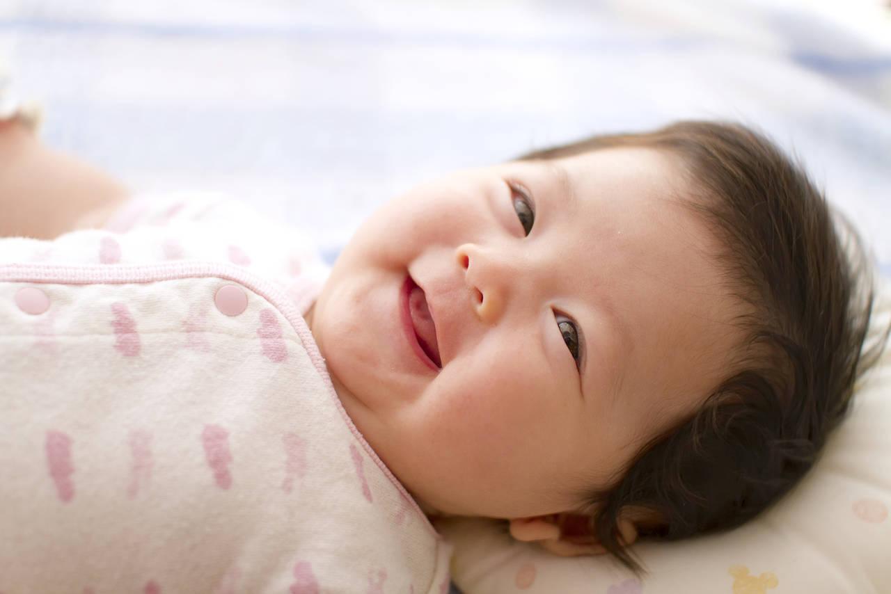 赤ちゃんの表情はいつから出るの?笑顔を引き出すコツや泣くサイン