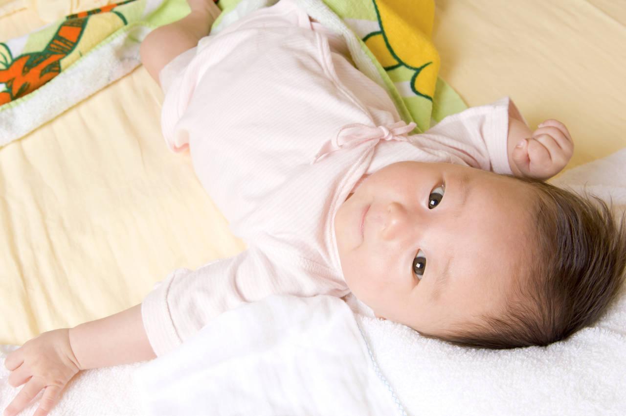 秋でも布団を蹴る赤ちゃん、原因と風邪をひかせないための対策