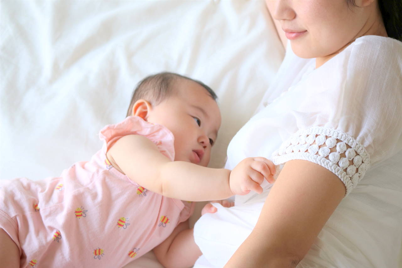 添い乳が難しいと感じるママへ。解決策やサポートグッズを紹介