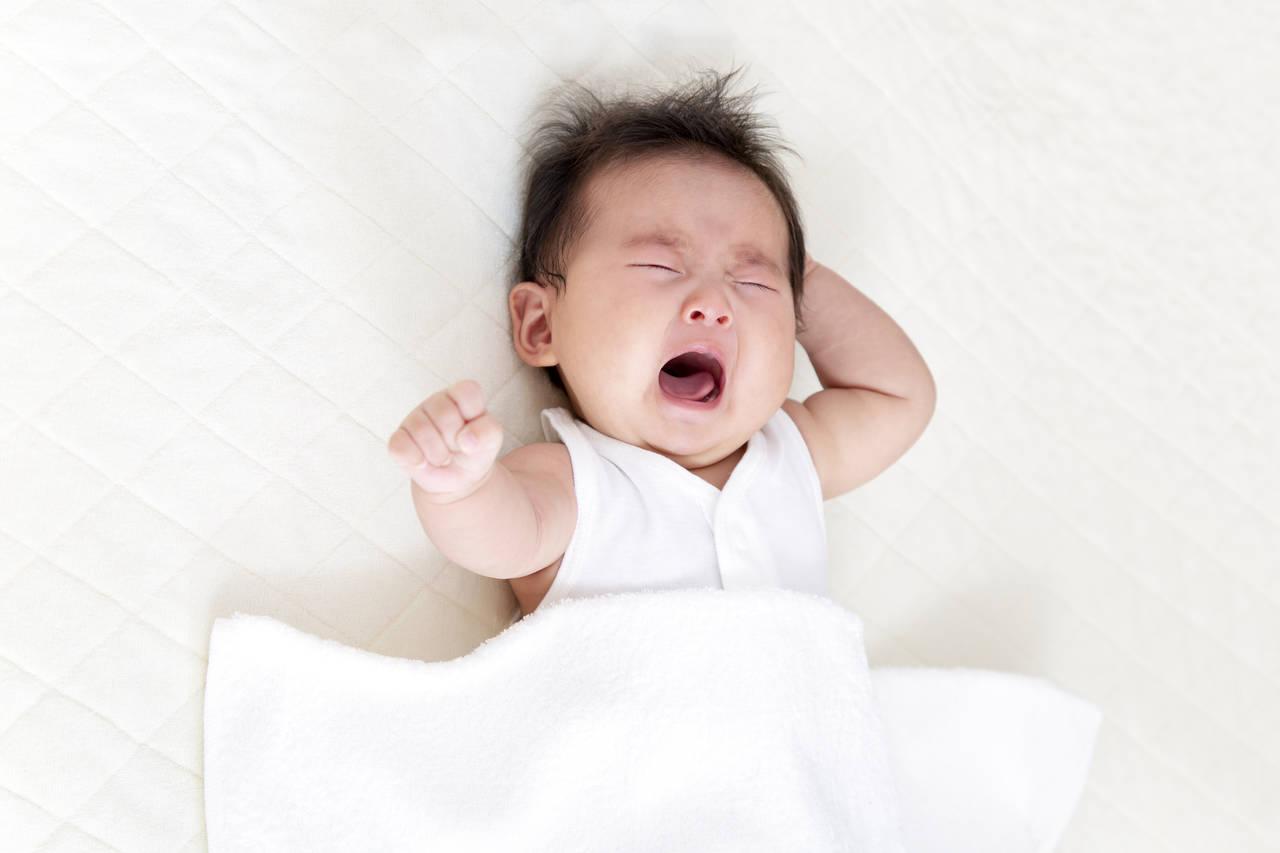 赤ちゃんが寝る前に暴れる理由は?寝かしつけるときのポイント