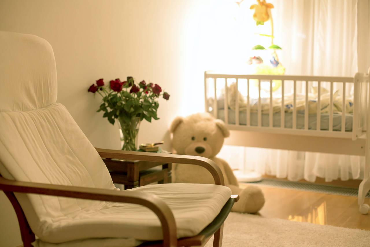 赤ちゃんが寝る部屋を整えよう!理想の環境やリビングの睡眠スペース