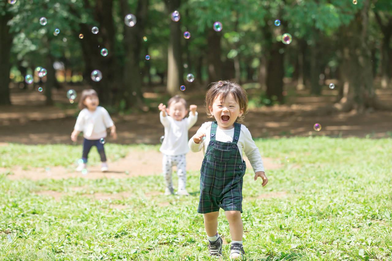 赤ちゃんとシャボン玉で遊ぼう!始める時期や年齢別の遊び方