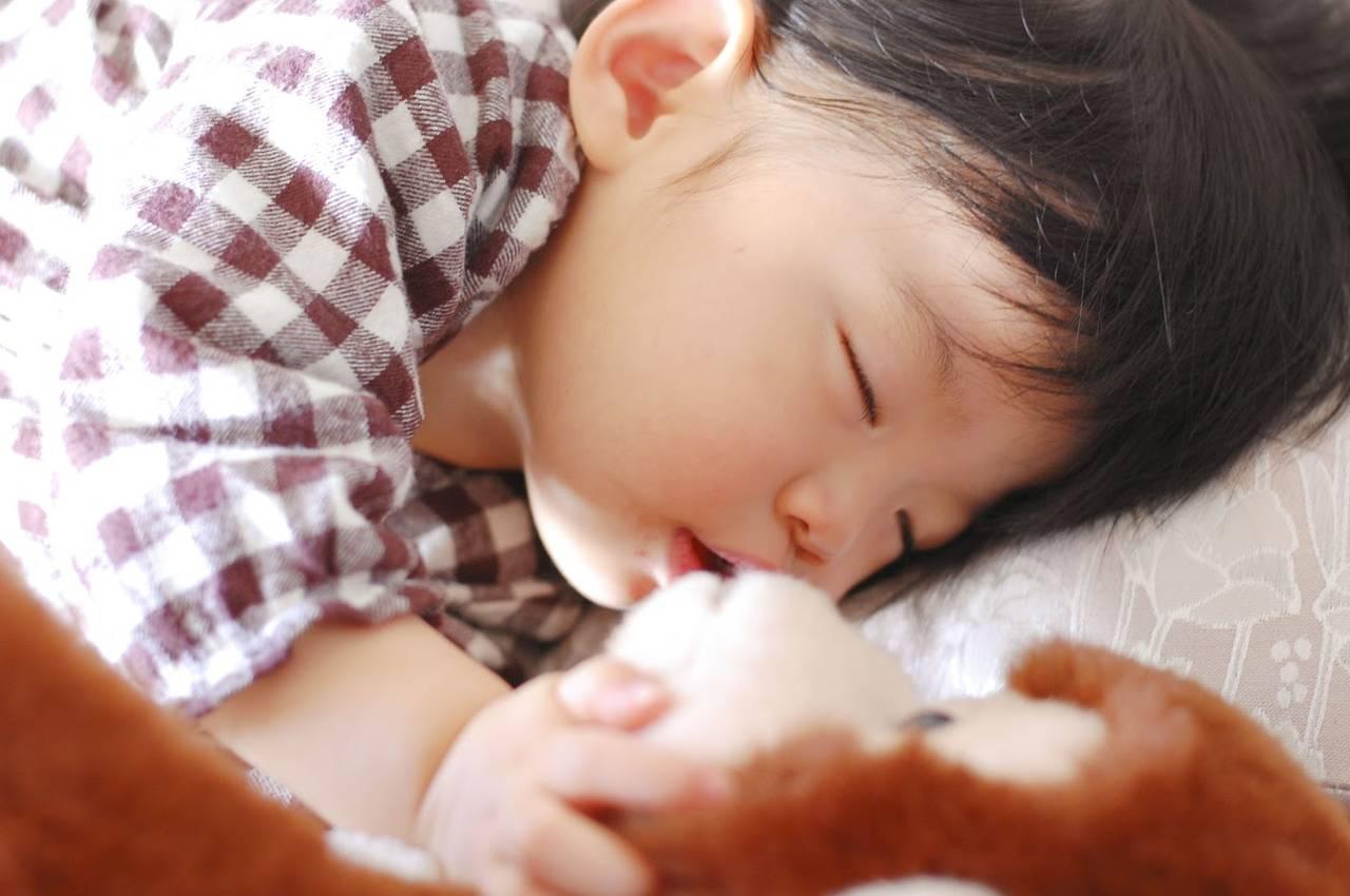 お人形と一緒に赤ちゃんの寝かしつけ!機能付きや肌触りのよいお人形
