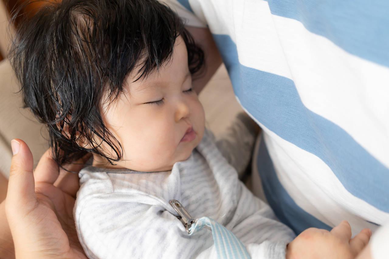 赤ちゃんが冬なのに寝汗をかくのはなぜ?冬の寝汗の原因と対策