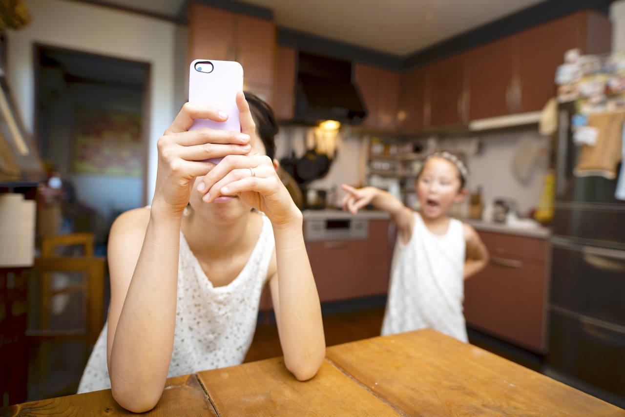 ママがスマホ依存になったらどうなる?子どもへの影響と予防方法とは
