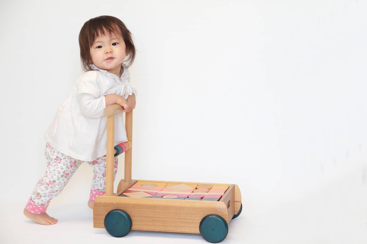 赤ちゃんが立って歩くまでの道のりは?成長過程と気を付けたいこと