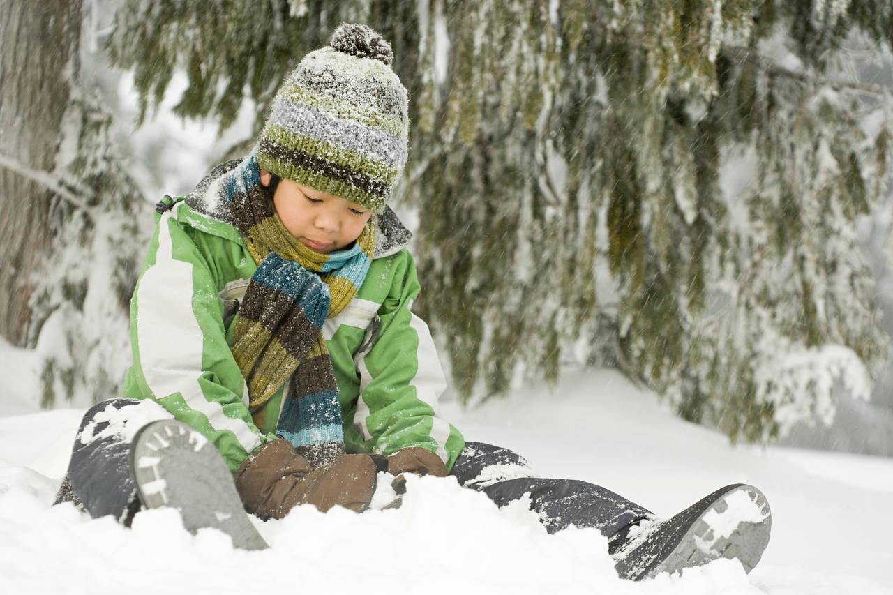 幼児に最適な冬の服装の選び方。雪遊びや薄着をさせるときのポイント
