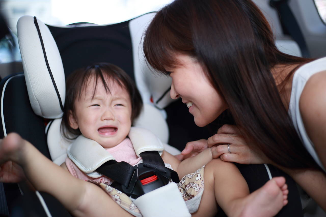 チャイルドシートで子どもが泣く理由は?原因や対策、対処法を知ろう