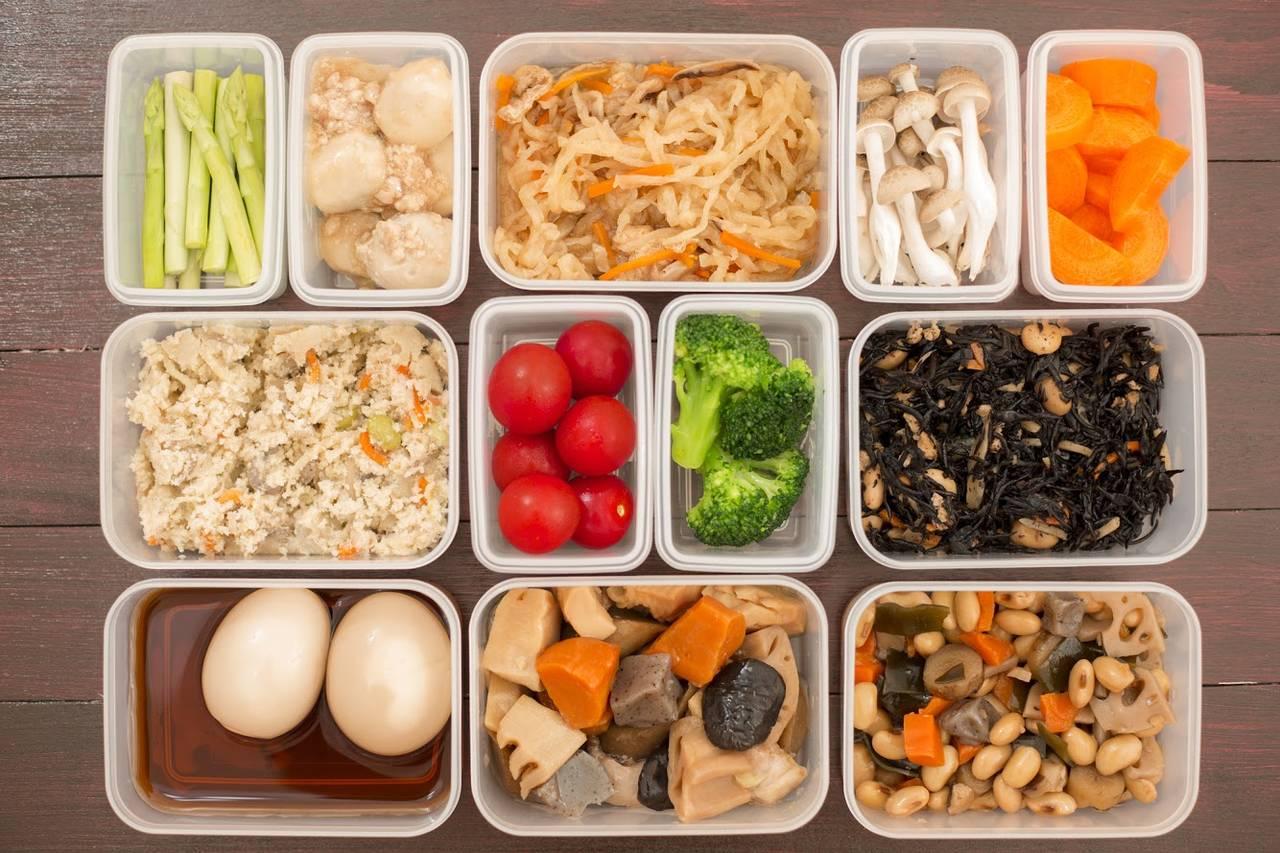 作り置きおかずで日々の料理を時短!始め方やコツ、レシピ本を紹介