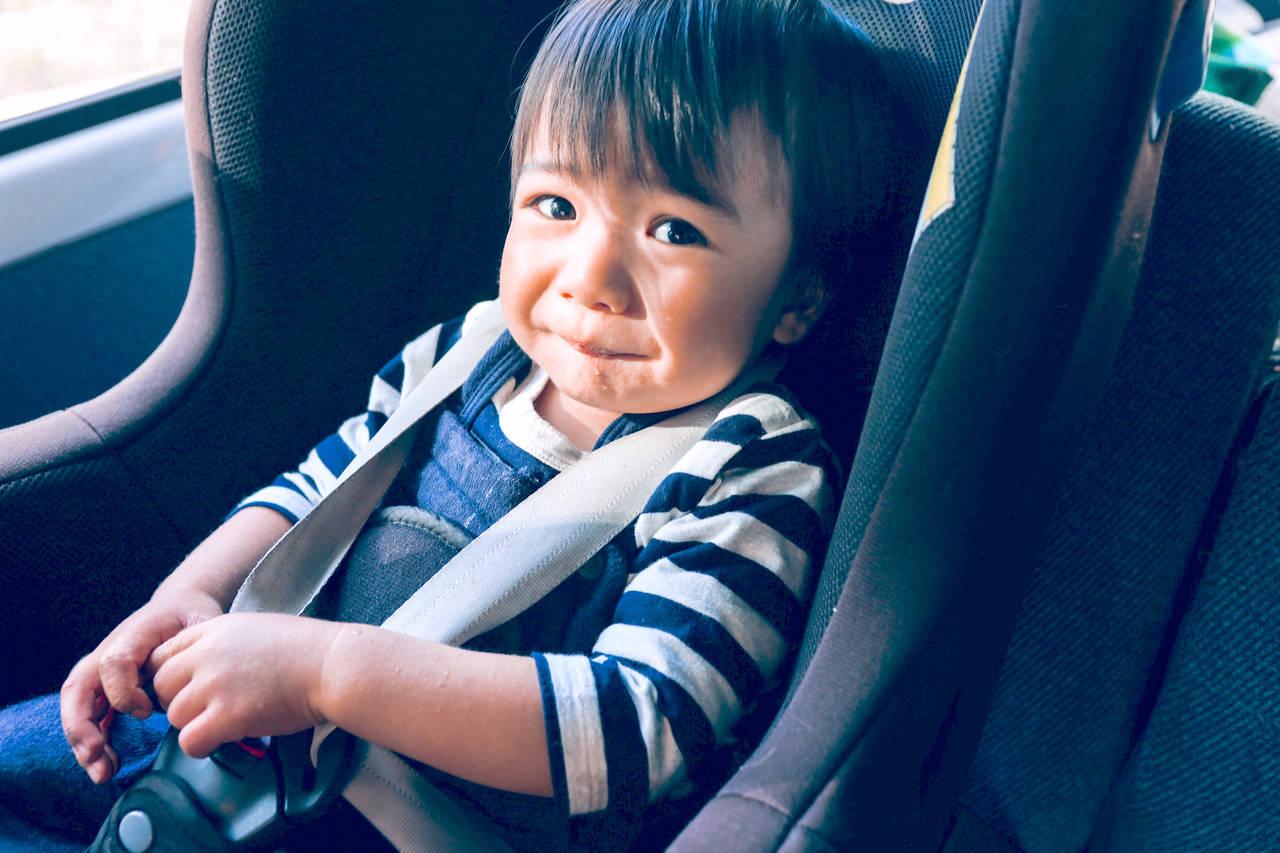 なぜ子どもはチャイルドシートを嫌がるの?原因や対策、便利グッズ