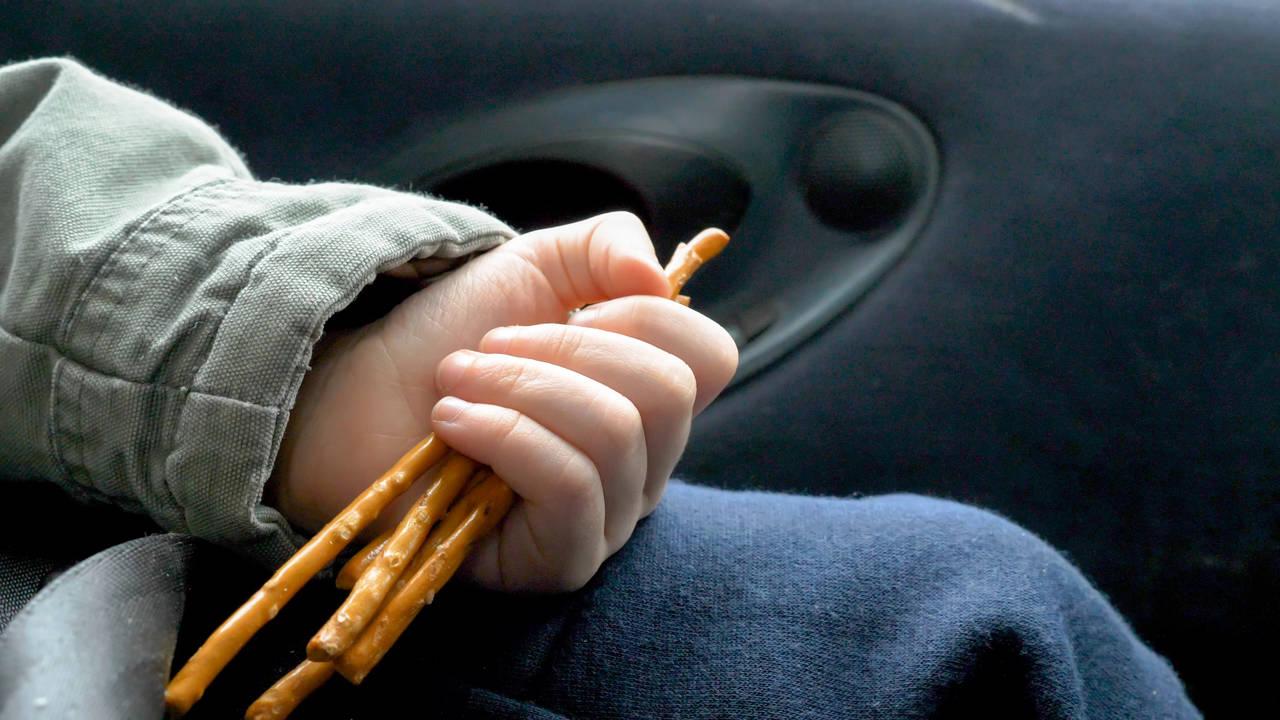 車内が子どものお菓子で汚れる!対策グッズや汚れないお菓子のあげ方