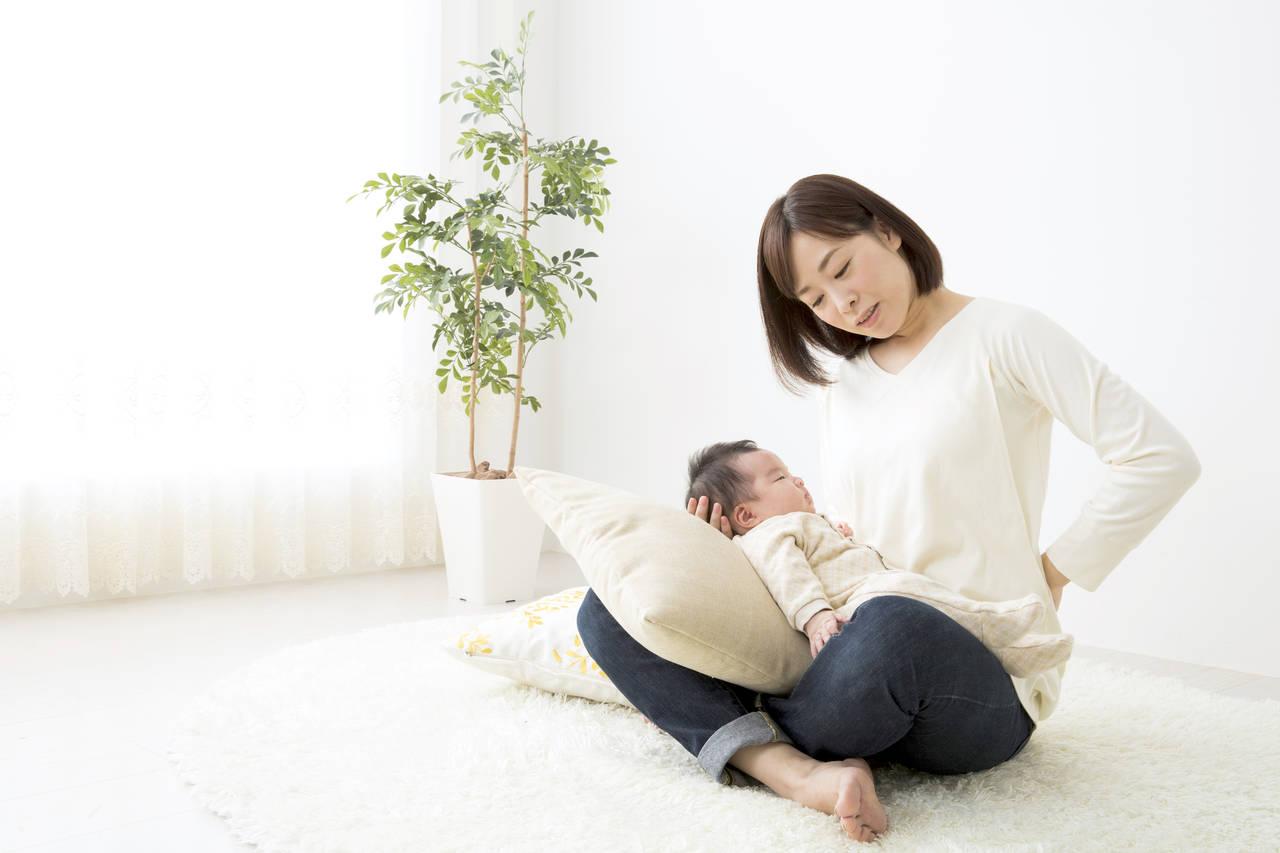 添い乳で腰痛に!腰痛になる原因や対処法、添い乳が楽になるアイテム