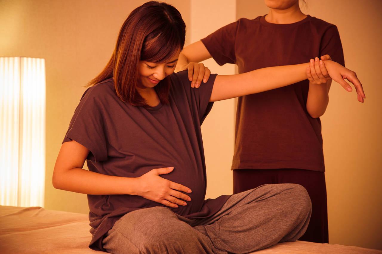 妊婦でも整骨院に行って大丈夫?マタニティ整体の目的や効果について