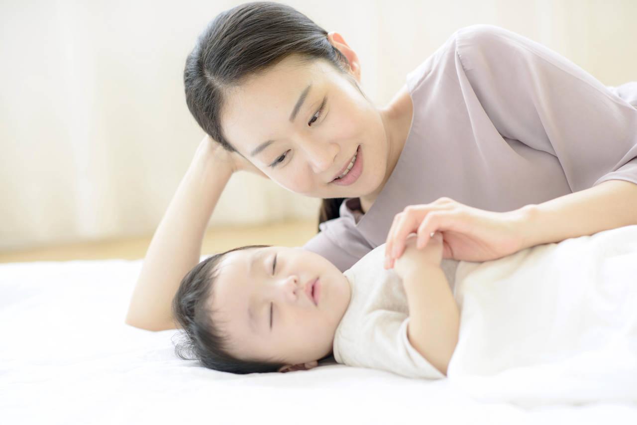 赤ちゃんが添い寝だとよく眠るふしぎを解明!危険性と事故防止策も